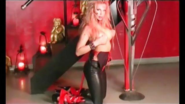blonde Teufelin mit Dildo