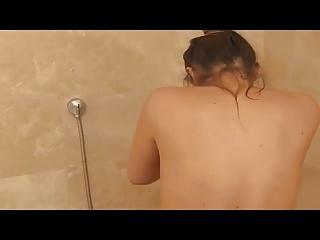 Jenefer Riili unter der Dusche